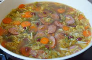 Суп фасолевый с копченой колбасой