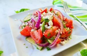 Салат с помидорами, огурцами и сыром