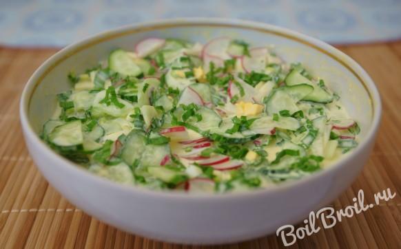 Простой салат из черемши с огурцами