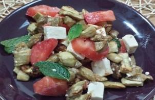 Салат из запеченных баклажанов с помидорами