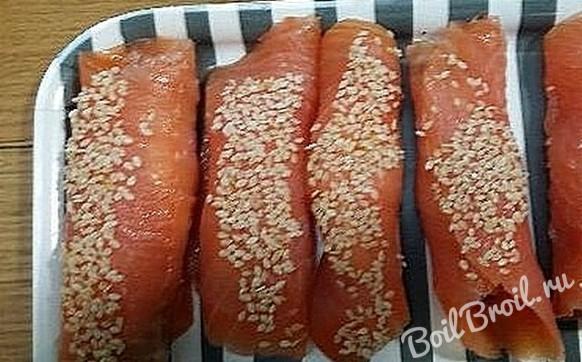 Рулетики из лосося с сыром