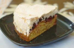 Пирог с клюквой и безе