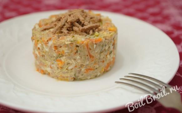 Салат с куриной печенью и солеными огурцами