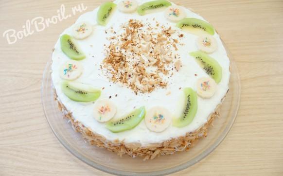 Торт со взбитыми сливками и фруктами