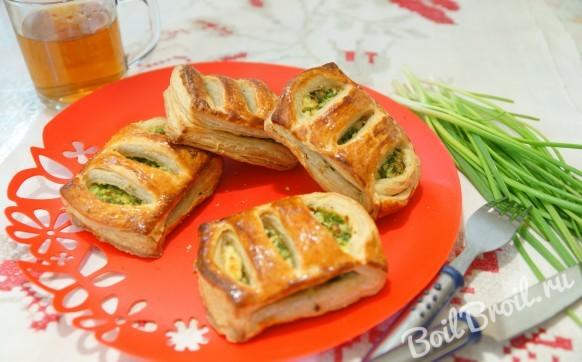 Слоеные пирожки с зеленым луком и яйцом