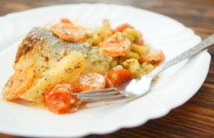 Рыба в духовке с картошкой и овощами