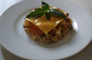 Запеканка из макарон с фаршем, помидорами и сыром