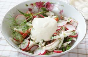Салат крабовые палочки с редисом