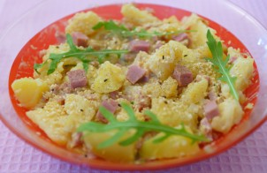 Картофельный салат с ветчиной и рукколой