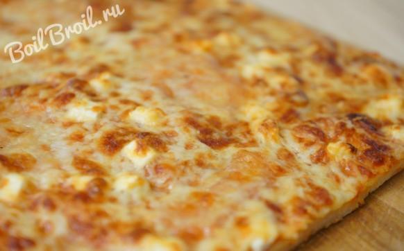 Пицца с 4 видами сыра и томатным соусом
