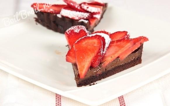 Шоколадный пирог с клубникой