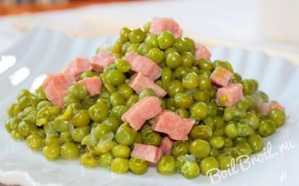 Зеленый горошек с колбасой