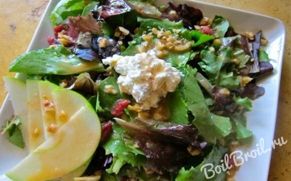 Салат с копченой колбасой и сыром