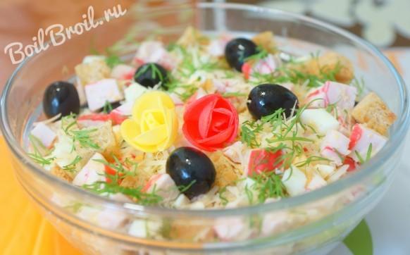 Салат с крабовыми палочками, сыром и яйцами