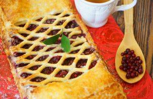 Слоеный пирог с брусникой